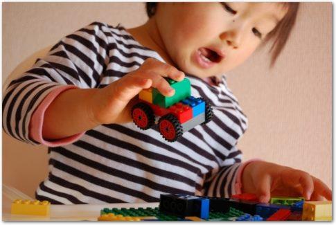 おもちゃで遊ぶ2歳児の画像