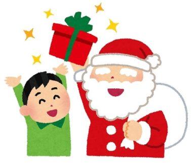 サンタさんが男の子にプレゼントを渡す画像