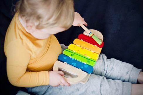楽器を叩く男の子の画像